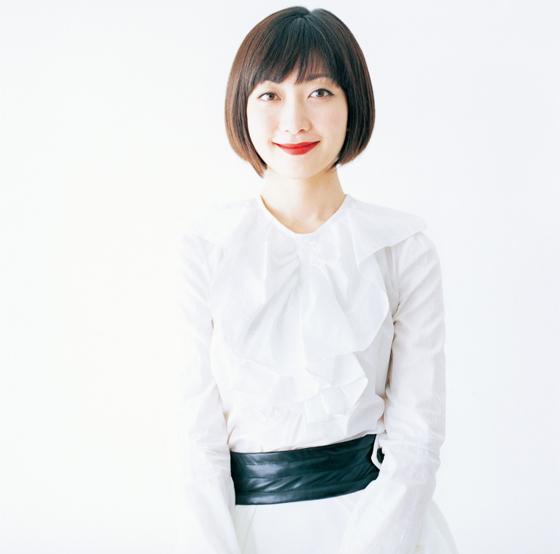 白い服に真っ赤なリップのEvery Little Thing持田香織
